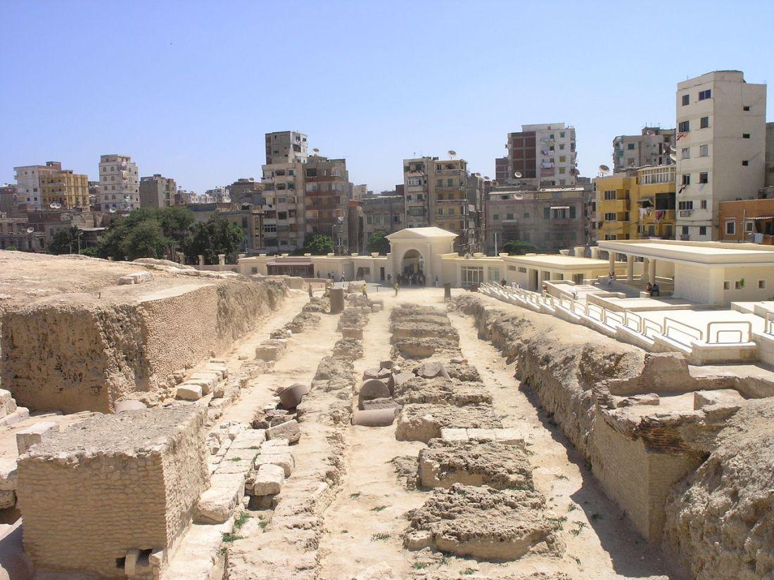 Alexandria_-_Pompey's_Pillar_-_view_of_ruins