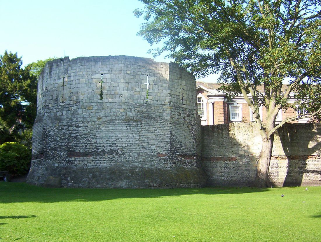 Roman_Fortifications_in_Museum_Gardens_York