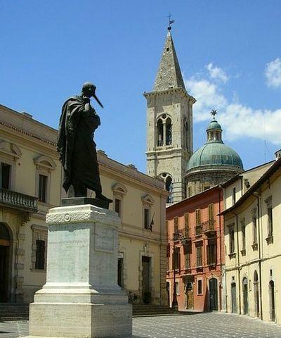 Sulmona_statua_Ovidio_con_naso_lungo.jpg