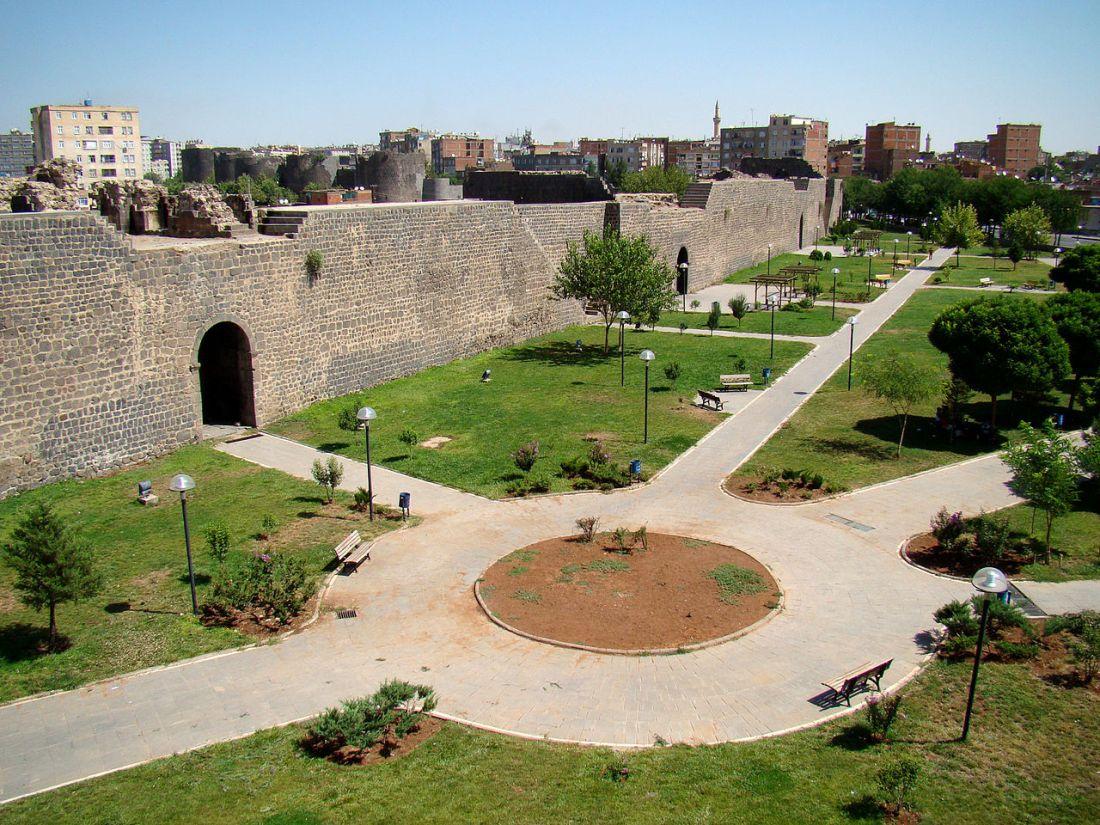 Amida 1280px-Diyarbakr_Western_City_Wall