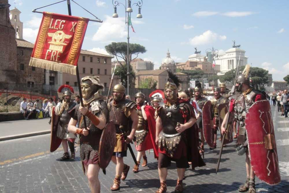 Legion_X_Fretensis_standard_flies_in_Rome