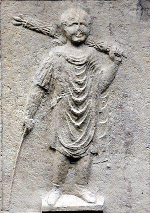 lictor_-_Garden_of_Museo_archeologico_a_Verona_-_Verona_2016