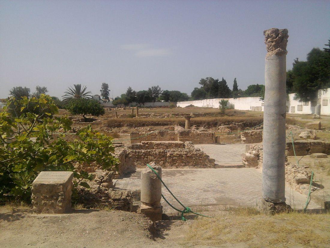 1280px-Tunisie_Pupput_monument_Satyre