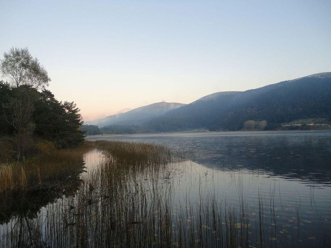 1280px-Lake_abant